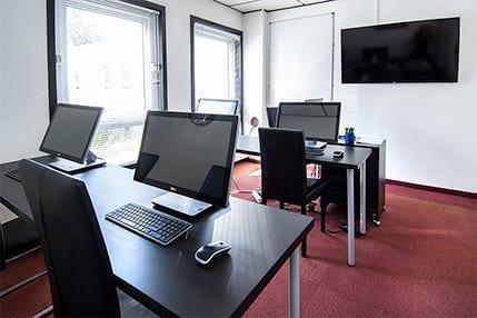 Salle de formation informatique avec ordinateurs