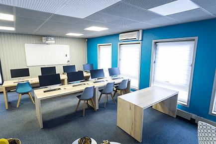 Grande salle de formation informatique